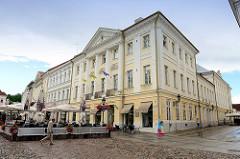 Klassizistische Architektur am Rathausplatz von Tartu.
