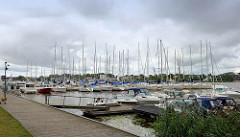 Marina, Sportboothafen mit Motorbooten und Segelbooten in Pärnu.