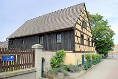 Historische Fachwerkarchitektur mit Holzverkleidung - Alte Schule von Cölln-Meißen, erbaut 1830.