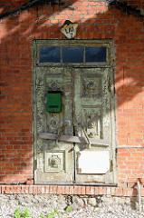 Leerstehendes Wohnhaus  mit vernagelter Eingangstür, Hausnummer mit Straßennamen Lai in Tartu.
