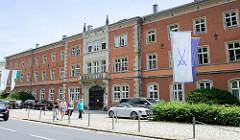 Gebäude der Porzellanmanufaktur Meissen an der Talstraße in der Stadt Meißen.
