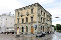 Bankgebäude - Spar- und Darlehensvereinigung Tartu; klassizistische Architektur am Rathausplatz von Tartu / Raekoja plats.