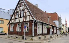 Historische Architektur in Pärnu, Nikolai - Wohnhaus mit Fachwerkgiebel und Holzfassade aus dem 18. Jahrhundert.