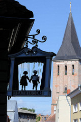 Tartu Spielzeugmuseum, Theaterhaus; im Hintergrund der Kirchturm der Kirchturm der Johanniskirche.