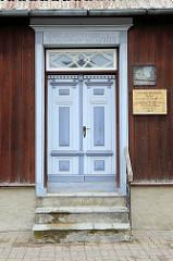 In Taubenblau gehaltene historische Holztür in Pärnu - Gebäude von 1740.