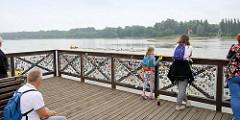 Aussichtsplattform am Ufer der Weichsel bei Toruń - Liebesschlösser am Gitter.