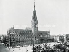 Pferdedroschken auf dem Rathausplatz - re. das Kaiser Wilhelm II. Denkmal. Das Rathaus der Hansestadt Hamburg wurde 1897 durch verschiedene Baumeister im historistischen Stil der Neorenaissance errichtet; der Turm hat eine Höhe von 112 m.