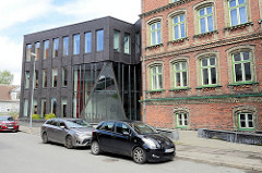 Sütevaka Humanitaargümnaasium in Pärnu - historische Backsteinarchitektur, moderner Anbau.