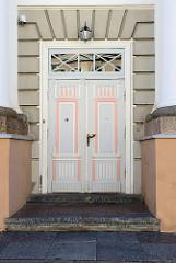 Historische Holztür, Eingangstür - Gebäude der Universität in Tartu.