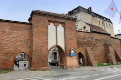 Historische Stadtbefestigung von Toruń - Stadtmauer mit Stadttor / Segeltor.