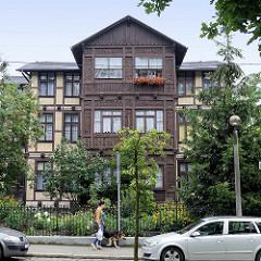 Mehrstöckige Fachwerkvilla - Holzerker mit Schnitzereien; Architekturbilder aus Toruń.