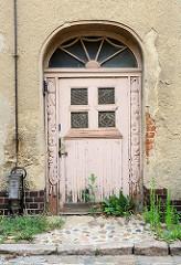 Alte Holztür mit Schnitzerei und Oberlicht - Architektur in Belgern.