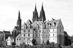 Albrechtsburg in Meißen - spätgotisches Architekturdenkmal, einer der ersten Schlossbauten in Deutschland; errichtet 931. St. Johannis und St. Donatus Dom zu Meißen, Baubeginn um 1260 - gotische Hallenkirche; neugotische Türme erst 1909 erri