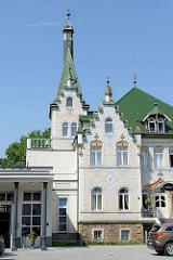 Jugenstilvilla mit Fliesendekor und grünen Dachziegeln - jetzt Hotel in der Hafenstraße von Meißen.