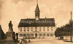 Historische Ansicht vom Rathaus in Schildau - lks. das alte Gneisenaudenkmal.