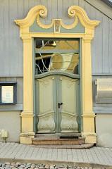 Barocke Eingangstür - Prachttür mit barocker Schnitzerei - erbaut 1755; Holzhausarchitektur in Tartu,