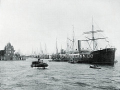 Altes Bild aus dem Hamburger Hafen - Frachtschiffe liegen an den Dalben in der Norderelbe beim Strandhafen; lks. die Einfahrt zum Baakenhafen.