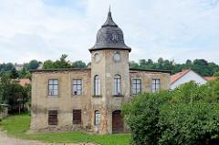 Historisches Gebäude vom Rittergut Meißen-Cölln in der Dresdner Straße, leerstehendes Herrenhaus mit Sprossenfenster Imitaten.