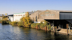 Lagergebäude - Hobil Holzimport; Treppe zum Ufer des Kanals - Industriegebiet in HH-Billbrook.