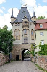 Eingangstor der Albrechtsburg / Torturm - seitliche Bogenfelder mit Graffitten nach Entwürfen von Wilhelm Walther; Hlg. Ritter Georg und Hl. Evangelist Johannes.