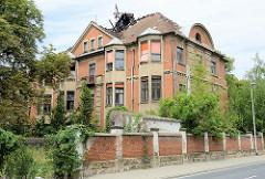 Verfallenes Gebäude - Brandruine an der Fabrikstraße von Meißen; ehem. Krankenhaus, erbaut 1880 - stillgelegt 1998.
