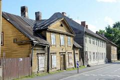Holzhäuser, Häuserzeile in der Straße Roosi in Tartu - einstöckige Wohnhäuser,