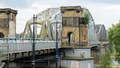 Eisenbahnbrücke über die Weichsel bei Toruń - Reste vom Backsteinturm; Fussgängerdurchgang / Kontrolle.