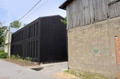 Alter Schuppen, modernes Wohnhaus mit  schwarzer Holzfassade - Auli in Pärnu.