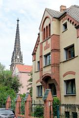 Stiftsgebäude vom Johannesstift in Meißen - im Hintergrund der Kirchturm der Johanneskirche, geweiht 1898 - Kirchenbaumeister Theodor Quentin.
