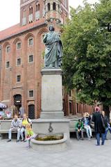 Kopernikus Denkmal / Bronzeskulptur vor dem Altstädter Rathaus von Toruń - aufgestellt 1853, Künstler war der Berliner Bildhauer Friedrich Tieck.