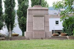 Denkmal für während des Faschismus ermordete 26  Meißener Bürger und 224 Angehörige unterschiedlicher Nationen - gefertigt aus rotem Meißener Granit.
