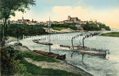 Alte colorierte Fotografie von der Elbe bei Belgern - Schleppverband mit Raddampfer / Schlepper und mehrere Elbkähne im Schlepp; Panorama von Belgern.