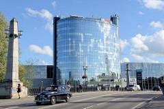Blick zu einem Verwaltungsgebäude, Hotel-Hochhaus mit Glasfront an der Soola in Tartu.