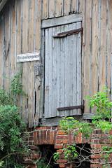 Alte Holzfassade - Speichertür, Holztür, Schild bitte vorwärts einparken; verlassenes Gebäude am ehem. Bahnhof von Belgern.