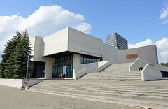 Gebäude der Nationalgalerie / Litauisches Kunstmuseum, Konstitucijos pr. in Vilnius. Kubische Architektur, erbaut 1980 - Architekt Gediminas Baravyka.