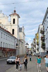 Straße Dominikonų in Vilnius - Blick zur Heilig-Geist-Kirche; Kirche des Heiligen Geistes Ende des 17. Jh. wurde sie im Barockstil rekonstruiert.
