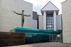 Eingang vom Mykolas-Žilinskas-Kunstmuseum in Kaunas - Skulptur nackter Mann / griechischer Gott Nike.