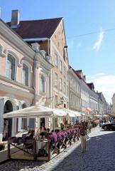 Altstadt von Tallinn - Fussgängerzone; Restaurant mit Aussengastronomie, Tische unter Sonnenschirmen.