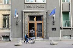 Eingangstür - Doppeltür eines Bankgebäudes in Tallinn.