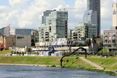 Blick über den Fluss Neris zur Gebäuden der Geschäftsstadt im Stadttei Šnipiškės vonVilnius.