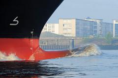 Blick auf den Wulstbug des Frachters SIMBER vor Hamburg Finkenwerder. Die Bugform verbessert die Seegangseingenschaften eines Schiffs.