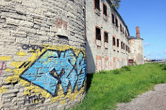 Fassade mit vergitterten Zellenfenstern - Festung Patarei in Tallinn. Wasserfestung, erbaut 1840; ab 1918 Gefängnis bis 2002.