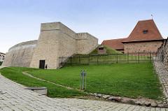 Teile der historischen Stadtmauer / Verteidigungsanlage von Vilnius - Artilleriebastion, jetzt Nutzung als Museum.