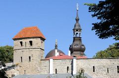 Stadtbefestigung / Stadtmauer mit Wehrturm in Tallinn - Kirchturm der Nikolaikirche, Niguliste kirik.