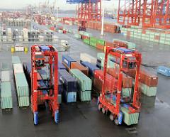 Containerlager beim Terminal Eurogate - zwei Portalhubwagen / van carrier bei der Verladung von Containern.