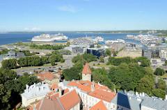 Blick auf den Hafen von Tallinn - Kreuzfahrtschiffe und Fähren liegen am Anleger des Ostseehafens.