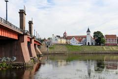 Brücke über die Nemunas / Memel bei Kaunas - Blick zu einem Gebäude der Vilnius-Universität.