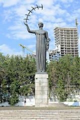 Skulptur im Č. Sugiharos sakurų parkas / Park von Vilnius. Bronzefigur - Die ersten Schwalben / Frühling, Pirmosios kregždės; Entwurf 1964 J. Mikénas - Realisation 1987. Die Skulptur war ursprünglich ein Denkmal für sowjetische Astronauten.