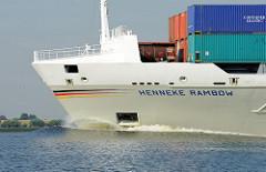 Das Feeder Schiff HENNEKE RAMBOW in Fahrt auf der Elbe vor Stade; das Containerschiff wurde 2007 auf der J. J. Sietaswerft in Hamburg gebaut und hat eine Länge von 134m nd eine Breite von 22,50m - der Frachter hat eine Tragfähigkeit von 11360 tdw und