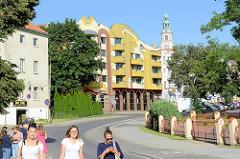 Moderne Jugendstilarchitektur - Neubau in der Feliksa Nowowiejskiego in Olszty - im Hintergrund der Neorenaissanceturm vom Neuen Rathaus.